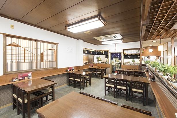 入り口すぐにテーブル席、奥には座敷席と個室があり、幅広い客層に対応できそうだ