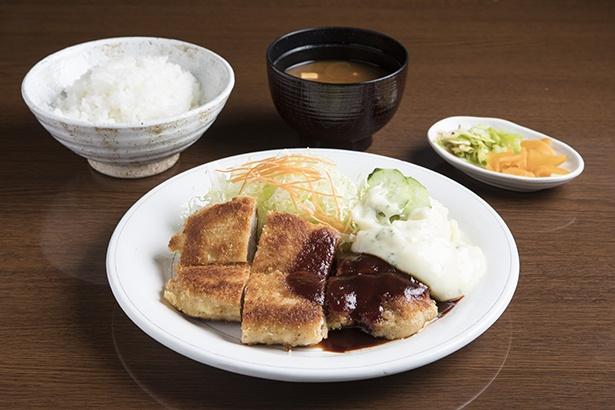 鉄板で焼き上げる、「焼きとんかつ」(定食1700円)。写真はソースで、味噌も選べる