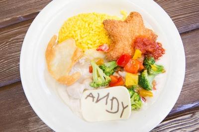 星形のエビカツにパプリカなどの野菜を添え、彩り良く仕上げた「チキンのクリームソースとエビカツ、サフランライス添え」