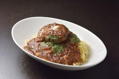 ジューシーなハンバーグとバジルソース、モッツァレラチーズを使った「ボロネーゼハンバーグ」(864円)