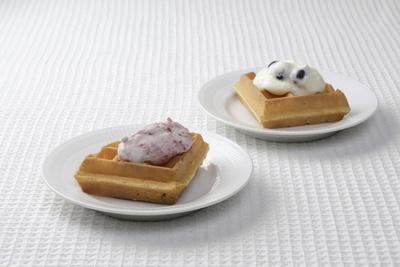 六花亭札幌本店の名物「サクサクワッフル」は、ストロベリー、ブルーベリー入りヨーグルトクリームのどちらかのトッピングクリームを選ぶことができる
