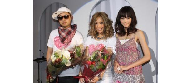 全国ツアー最終公演を迎えたMAY'Sとサプライズゲストの桐谷美玲(写真右から1人目)