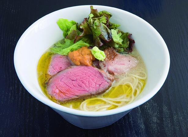 幻の葉山牛を使った葉山牛白湯麺~紫雲丹と生山葵を添えて~(1,500円)。和と洋の両方を楽しめる