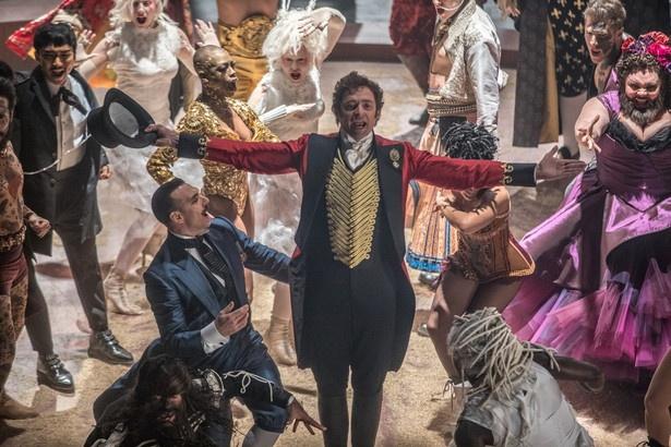 ショービジネスの原点を築いた伝説の興行師フィニアス・テイラー・バーナムがモデル。芝居や音楽が上流階級のものだった時代に、一般市民にまで娯楽を広めた人です