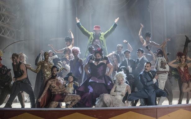 レティ(中央、ヒゲの女性)役のキアラ・セトルが歌う主題歌にも注目の楽曲コンビは、ブロードウェイの「ディア・エヴァン・ハンセン」で'17年度トニー賞オリジナル楽曲賞も受賞!