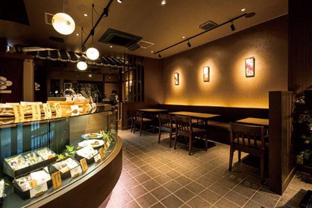 【写真を見る】茶室をイメージした風情ある店内/茶寮 翠泉 高辻本店
