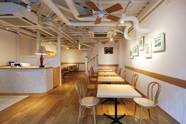 ハワイムードの店内に陽射しが入る開放的雰囲気/Eggs'nThings(エッグスンシングス) 京都四条店
