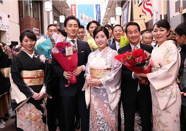 上川端商店街からの花束贈呈、笑顔で記念撮影