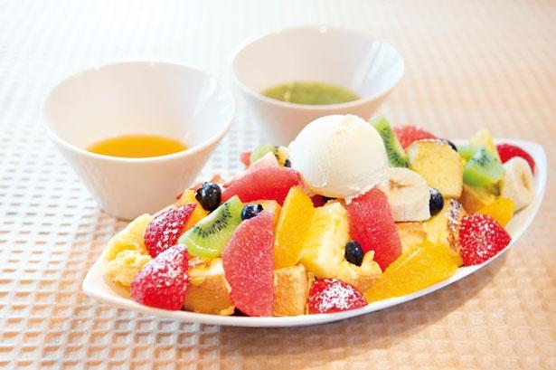 【写真を見る】「果物いっぱいのフレンチトースト」(1500円)/山口果物 上本町本店