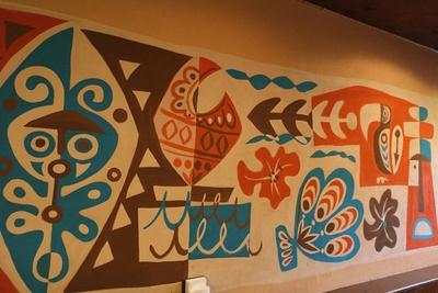 壁にはアーティストのMookie Satoさんによる巨大な絵が描かれる