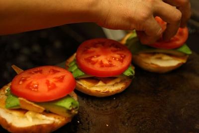 トマトやアボカドの色合いが目に鮮やか