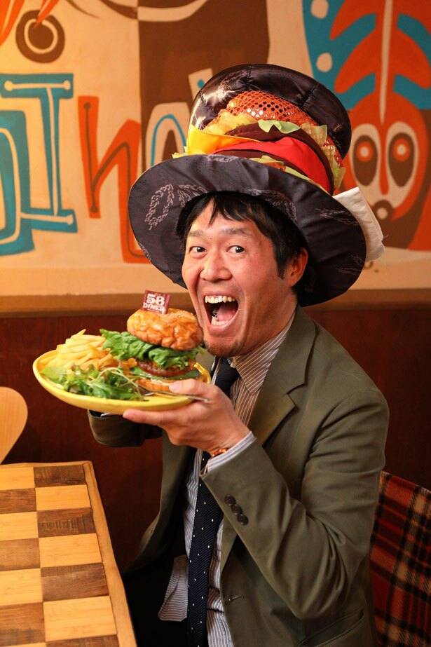 西日本ハンバーガー協会の薮が実食!「数々のバーガーイベントでも大人気のハンバーガー。店舗ならゆっくり楽しめるのがいいですね」