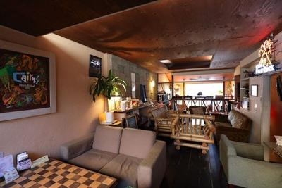 2階にもソファーなどが多く配置されている