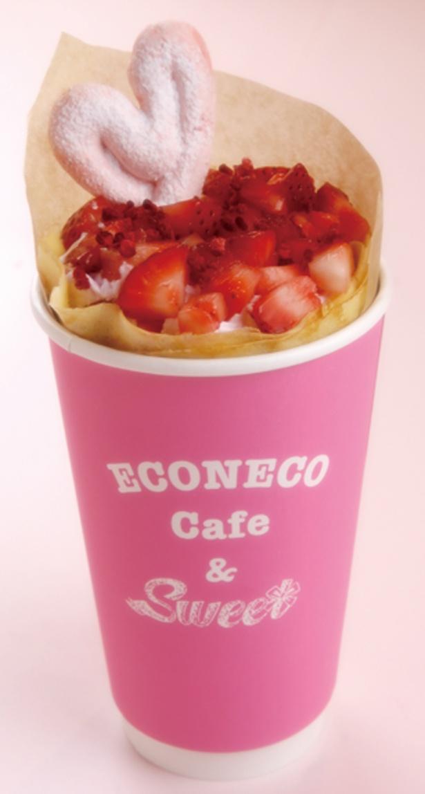 【写真を見る】「焦がしバタークレープストロベリーパーティ」(864円)/ECONECO Cafe&Sweet