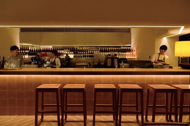 バーカウンターがあり、夜はオリジナルカクテルが楽しめる/bills 大阪