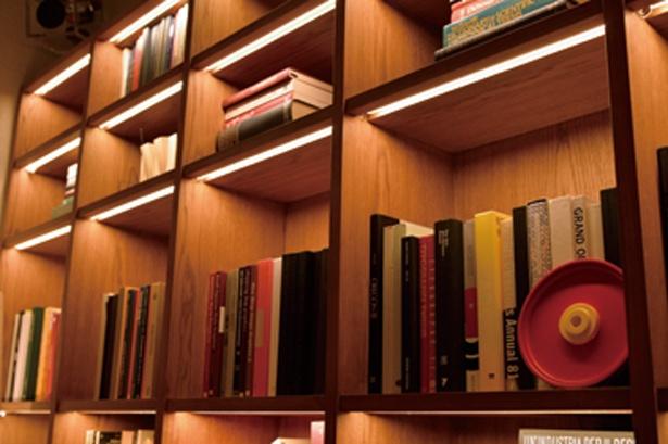 一角にある本棚には多くの本が並べられている/bills 大阪