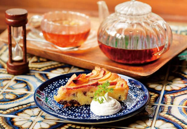 冬はリンゴ、春はレモン、夏は柑橘系など季節の果物を使った「季節のタルト」(450円~)/カフェみもざ