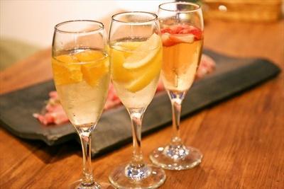 オレンジ、レモン、イチゴの3種のスパークリングワインが楽しめる