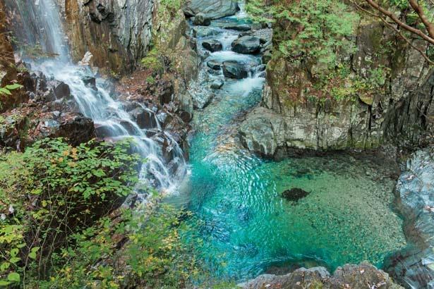エメラルドグリーンの輝きから、青川とも呼ばれる