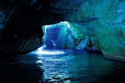 【写真を見る】季節や時間、天候などで海の色が変化する/堂ヶ島天窓洞