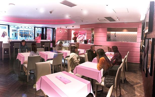 店内を鮮やかなピンク色で装飾し、恋人や友人同士の大切な空間を演出