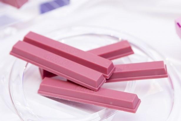 【写真を見る】世界で初めて「キットカット」として商品化された新しいチョコレート「サブリム ルビー」
