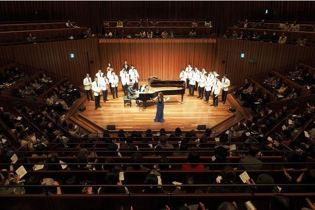 1月17日、兵庫県立芸術文化センターで開催のチャリティーコンサートで大江千里と八神純子が共演