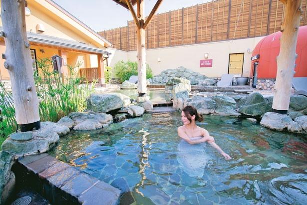 多彩な風呂の中でも人気は、広々とした露天風呂/天然温泉湯快のゆ 寝屋川店