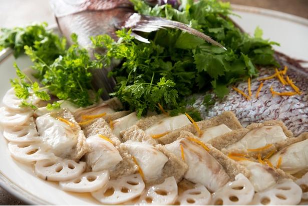 「ブッフェダイニング ケッヘル」のディナーブッフェより。「加賀蓮根のムースと真鯛のヴァプール」。ゆず風味の餡をかけて