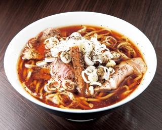 【写真を見る】醤油と胡椒の味が際立つ限定麺の「紫陽花ブラック」(700円)