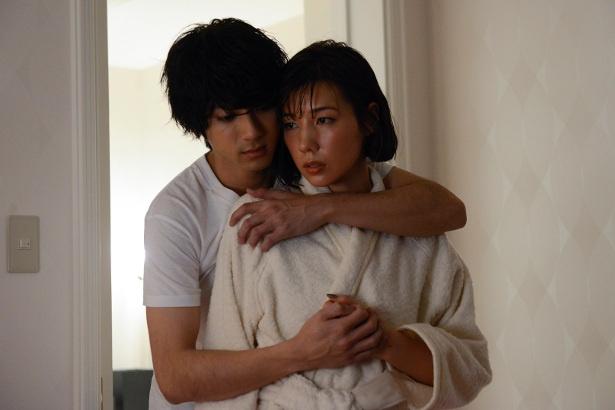 バスローブ姿で黒井(山田裕貴)に後ろから抱きしめられる杏寿(仲里依紗)だが…
