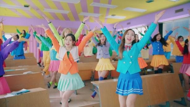 【写真を見る】TWICEが美脚まぶしいカラフルなミニスカ制服姿で圧巻のダンスを披露!