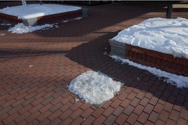 ロードヒーティングされていても、マンホールなど一部は雪が残ったまま