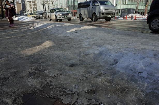 【写真を見る】札幌市中心部の歩道はご覧の通りツルツル路面に