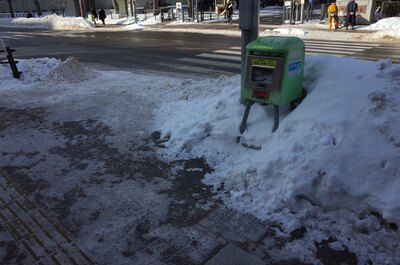 札幌市内には至るところに、路面のすべり止め用に巻く砂袋が置かれています