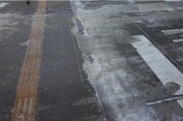 札幌市内の冬の横断歩道はすべりやすいので注意が必要です