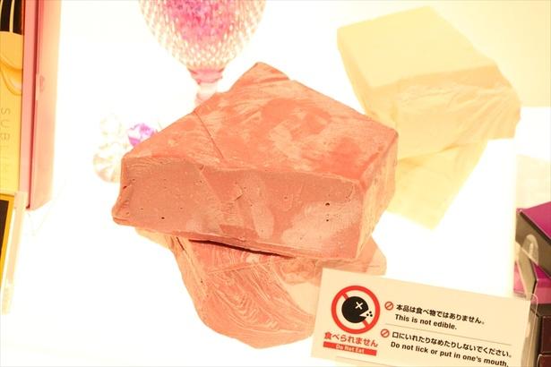 【写真を見る】店頭では本物のブロックチョコレートがディスプレイされている