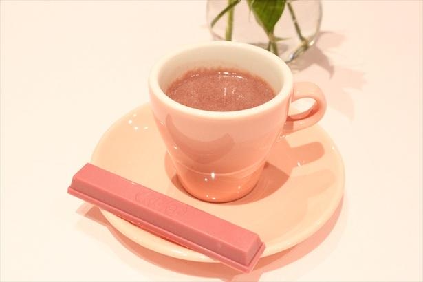 ホットチョコレートとしてチョコ本来の味をしっかりと堪能できる「ホット ルビーチョコレート With ラズベリー」(税抜1000円)は1日30杯限定