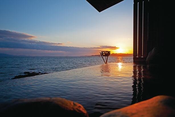 海とつながって見える湯舟の「天海の湯」の露天風呂/絶景露天風呂の宿 銀波荘