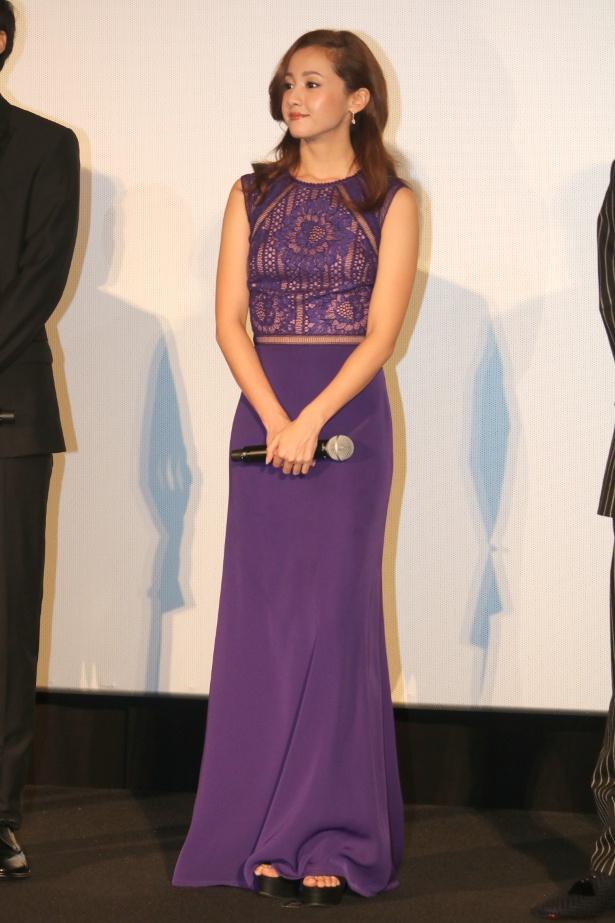 【写真を見る】沢尻エリカが紫レースのセクシードレスで登壇