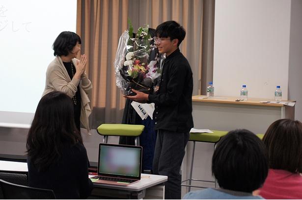 セミナーの最後に主催から花束を贈呈された響くん