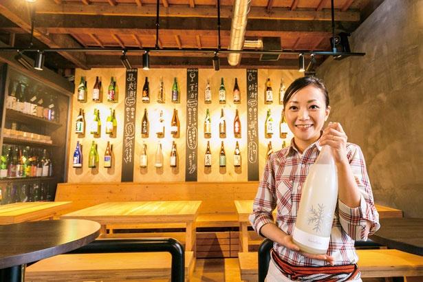 【画像を見る】「サケホール 益や」(京都市)には、壁に一升瓶がズラリとディスプレーされ、女性店主の益田さんのひと言が添えられている
