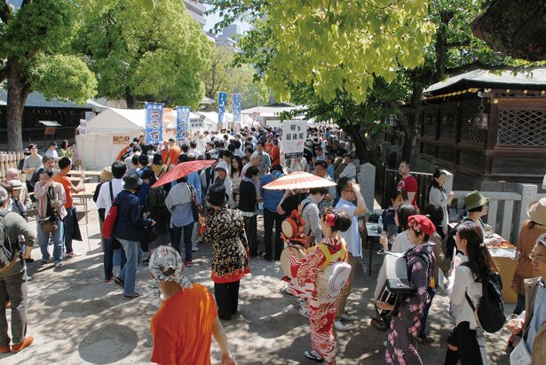昨年、大阪天満宮で行われた「上方日本酒ワールド」の様子。飲食店と酒蔵がチームとなって出店した。6,000人以上の人が日本酒を楽しんだ