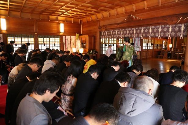 【写真を見る】ヒット祈願には総勢約100人が参加
