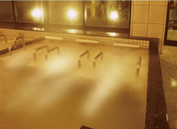 内風呂にはエステバスなど4種のアトラクション風呂のほか、多彩な浴槽がそろう