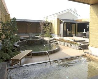 「相模・下九温泉 湯楽の里」の露天風呂。いろいろな温泉に入ってお気に入りを見つけよう