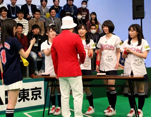 """握手会を再現し、鈴木がメンバーの""""神対応""""ぶりを判定"""