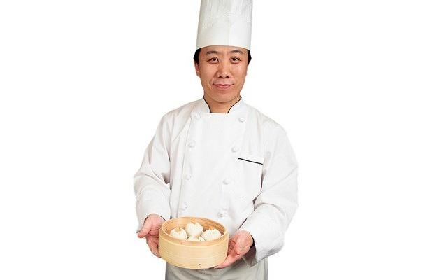 「肉汁たっぷりの大サイズが自慢です」と、小籠包職人のルアン・ソンさん/JOE'S SHANGHAI