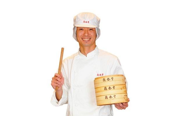 「自慢の薄生地をお試しください!」と、調理長の神宮寺亨さん/鼎泰豊 新宿店