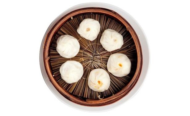 「南翔饅頭店 六本木ヒルズ店」の「三種小籠包」(6個1260円)は、注文を受けてから点心師が作り、せいろで蒸し上げられる